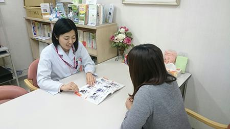 がん相談支援センターで患者様が相談されている様子